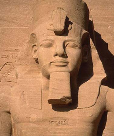 статуя великого египетского фараона Рамзеса II
